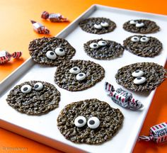 Hopeatoffee-kauralastut | Reseptit | Kinuskikissa Pumpkin Crafts, No Bake Cookies, Something Sweet, Doughnut, Fudge, Toffee, Coffee Shop, Halloween, Cookie Recipes