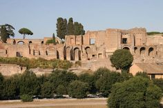 The Palatine hill is one of the seven hills of Rome. It is one of the older parts of the city. High of 70 meters, between the Roman forum and the Maximus Circus.  It became a large museum on air.