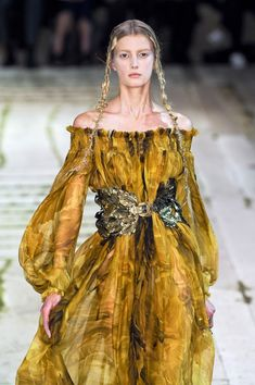 Alexander McQueen at Paris Fashion Week Spring 2011 - Runway Photos