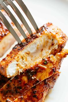 Tender and incredibly juicy Cajun Butter Chicken Breasts are full flavoured with an incredible seasoning! A simple chicken breast recipe. Juicy Baked Chicken, Baked Chicken Breast, Boneless Chicken Breast, Chicken Breasts, Chicken Wings, Breast Recipe, Butter Chicken, Brown Sugar Chicken, Cafe Delites