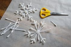 {DiY} Flocon-rods for the decoration of the original Christmas tree !, The post {DiY} Flocon-rods for the decoration of the original Christmas tree ! appeared first on Dekoration. Unique Christmas Trees, Handmade Christmas Decorations, Christmas Crafts For Kids, Simple Christmas, Holiday Crafts, Christmas Diy, Christmas Ornaments, Diy Snowflake Decorations, Frozen Christmas Tree