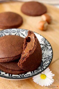 Biscotti al cacao ripieni di crema di nocciole - Mammachechef My Recipes, Italian Recipes, Sweet Recipes, Cookie Recipes, Vegan Recipes, Biscotti Cookies, Brownie Cookies, Shortbread, Kakao