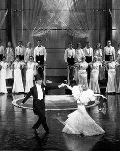 """Fred Astaire y Joan Crawford en """"Alma de bailarina"""" (1933)  (Dancing Lady). Diseño de vestuario: Adrian"""