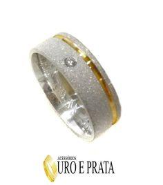 Uma Aliança confeccionada em prata 950, anatômica, trabalhada, com filete banhado em ouro amarelo, com uma pedra zircônia branca. <br> <br>Largura de 6.1mm, espessura de 1.7mm. <br> <br>Obs.: É importante medir o aro corretamente, pois é de total responsabilidade do comprador o envio da medida, não sendo possível trocar, visto que são Acessórios Personalizados!