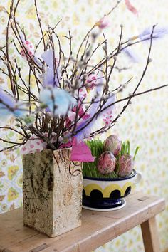 Pääsiäismunien koristelu servettitekniikalla.