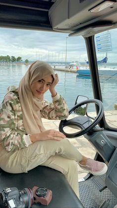 Ootd Hijab, Hijab Chic, Girl Hijab, Hijab Outfit, Street Hijab Fashion, Muslim Fashion, Korean Fashion, Muslim Beauty, Beautiful Hijab