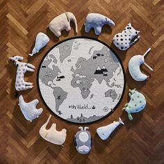 Un tapis géant 100% coton tissé à la main, imprimé mappemonde. Parfait comme tapis de jeu ou à l'intérieur d'un tipi. Diamètre : 135 cm. Une partie de la vente est reversée à l'association WWF pour contribuer à la préservation des ours polaires.