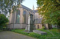 <strong>Protestantse Laurentiuskerk</strong><br><br>  Wanneer je over de schutting kijkt op het plein vóór Antiekhandel Den Guust heb je de Protestantse Laurentiuskerk in beeld. Deze kerk is gelegen aan de Duivelsbruglaan die aangrenst aan de Ginnekenmarkt. Aan de achterzijde van de kerk bevindt zich het kerkhof. Op het kerkhof bevindt zich het citadelmonument uit 1874 in neoclassicistische stijl. Het werd ontworpen door H.P. Vogel ter ere van de in 1832 in de Citadel te Antwerpen omgekomen…