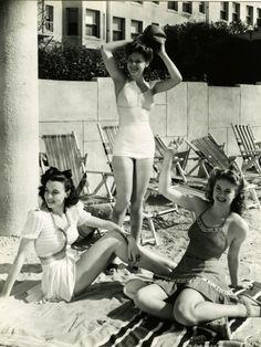 Bathing Beauties c. suit swimwear beach summer casual sports wear WWII pin up girl found photo print war era Mode Vintage, Vintage Girls, Retro Vintage, Vintage Outfits, Vintage Costumes, Beach Wear, Beach Babe, 1940s Fashion, Vintage Fashion