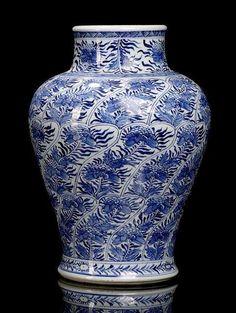 Ablue and white decorated blossom porcelain vase, China, leaf mark, Kangxi period. Photo Nagel