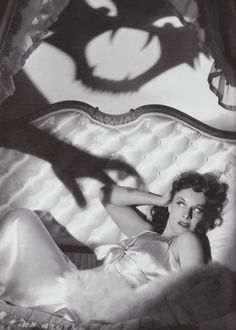 My post is one of the best halloween/horror pinup photos ever! This is the lovely Paulette Goddard in a publicity still for The Cat and the Canary Retro Halloween, Photo Halloween, Halloween Fotos, Halloween Pin Up, Vintage Halloween Photos, Halloween Pictures, Holidays Halloween, Happy Halloween, Halloween 2017