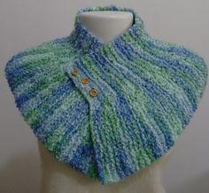 Gola de lã em tricô cor mesclada em tons de azul e verde.