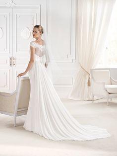 """Espalda del #vestido de #novia de la colección """"La Sposa 2015"""" con corte columna, de encaje, hombros caídos y cola capilla. Modelo ELURES. chantu.es"""