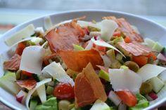 Salat s pecenou sunkou.