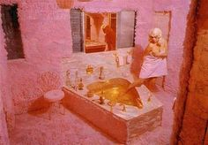 In November 1957 Jayne Mansfield bought a Mediterranean-style mansion and had it painted pink, with cupids surrounded by pink fluorescent lights, pink furs in the bathrooms, a pink heart-shaped bathtub, and a fountain spurting pink champagne. Jayne Mansfield, Retro Bathrooms, Bathroom Sets, Pink Palace, Go Pink, Valley Of The Dolls, Vintage Interiors, Oui Oui, Celebrity Houses