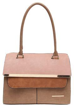 Combina texturas y colores en tus bolsas para darle un estilo único a tu look.