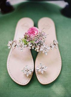Zapatos de novia color piel tipo sandalias con flores de piedras