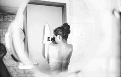 La historia de la fotografía contemporánea de sesgo más introspectivo ha ido hilvanándose con la aportación de mujeres artistas que han optado por este lenguaje para plasmar en imágenes la densidad emocional de su mundo subjetivo. La obra de Lúa Ocaña es representativa de ese volcarse en uno mismo sin derivar ni en exhibicionismo ni en pura evasión estética.