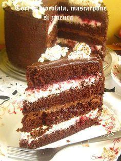 Tort de ciocolata, mascarpone si zmeura este un tort ciocolatos cu aroma de zmeura, un tort special pentru o zi speciala. Fudge Brownies, Brownie Cake, Chocolate Raspberry Cake, Chocolate Cake, Köstliche Desserts, Delicious Desserts, Cake Cookies, Cupcake Cakes, Romanian Desserts