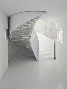 Escada branca. Arquiteto: Dosis.