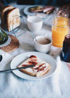Porque hay días en los que a uno solo le apetece sentarse frente a la mesa y alargar el desayuno hasta la comida y en pijama. Estar recogido dentro de casa con el calor de una estufa y de tu...