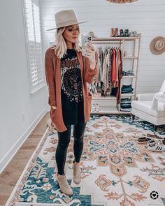 Mom Outfits, Casual Outfits, Cute Outfits, Fall Winter Outfits, Autumn Winter Fashion, Winter Fashion Outfits, Winter Style, Spring Fashion, Graphic Tee Outfits