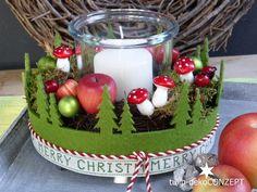 Adventskranz *Wald* grün/rot  best. aus: Natur-Rebenkranz, arrangiert mit Kerze im Glas, echt Moos, Deko-Äpfel, Pilze, Spiegelbeeren in grün matt und rote Beeren.  Ein grünes Filzband mit...