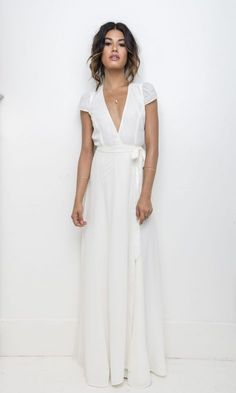 Lässig cooles urbanes Brautstyling mit Hosenanzug Casual cool urban bridal styling with pants suit Rehearsal Dinner Outfits, Rehearsal Dinners, Wedding Rehearsal Outfit, White Rehearsal Dinner Dress, Rehearsal Dress, Casual Bride, White Wedding Dresses, Wrap Wedding Dress, Dress Wedding