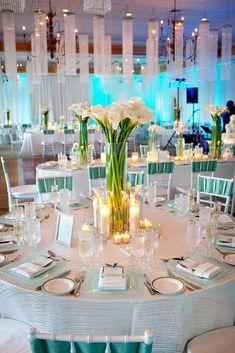 Decoración de mesas en azul Tiffany: Mantelería en blanco y detalles en el color de la temática