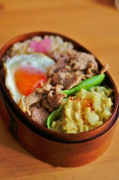 For bento today, I made curry potato salad, a fried egg and onion shoyu pork. Onion shoyu pork is one of my simple bento dishes, which . Japanese Bento Box, Japanese Food, Bento Recipes, Cooking Recipes, Bento Kawaii, Bento Box Lunch, C'est Bon, Asian Recipes, Tapas