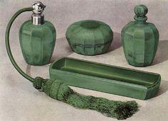 Vanity set, press jade glass, design Bruno Mauder for CURT SCHLEVOGT, about 1939 Toaletní souprava z lisovaného skla imitujícího jadeit – jade. Design Bruno Mauder pro firmu Curt Schlevogt Jablonec nad Nisou, kolem 1939.