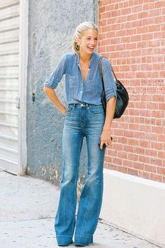 jeans com jeans com tonalidades próximas alongam a silhueta double denim never looked so good #70s #flares