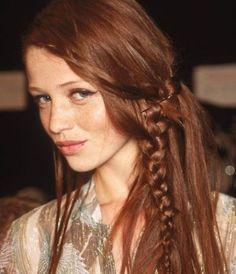 Acconciature capelli lunghi, una chioma fluente arricchita da una piccola treccia