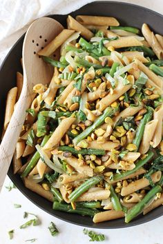 Healthy and easy, one-pot lemon garlic pasta skillet! Filled with green beans and whole wheat pasta! Pasta With Green Beans, Lemon Green Beans, Vegetarian Pasta Recipes, Vegan Recipes, Fastfood Recipes, Lemon Garlic Pasta, Whole Wheat Pasta, Green Bean Recipes, Healthy Pastas