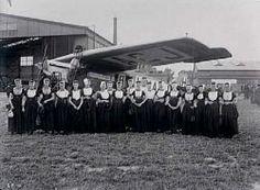 Groepsfoto dames in klederdracht, voor F-VII H-NACJ. Waalhaven, ca 1925 Collectie Stadsarchief Amsterdam #Zeeland #Walcheren