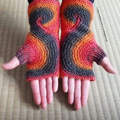 """These fancy fingerless gloves are knitted in one piece (no yarn cutting involved) beginning at the thumb. The """"Eight""""-Shape is achieved by increasing in the first part of a row, and decreasing in the second part. Free knitting pattern knit Knitting tutorial Free online knitting pattern Knitting patterns Knitting design Knit design 編み物 Strickmuster Strickanleitung Gratisanleitung stricken Gratisstrickanleitung Tricot Tricoter Modèle Tricot Fingerless gloves Mitts Mittens Fingerlose Hands..."""