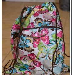 Thirty One (31) Cinch in Flutter Print! Too Cute! I bet you know a girl that would LOVE this! ONLY $20!