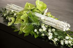 Modern • rouwbloemwerk • rouwstuk • kistarrangement •  Anthurium • Lelie Oriëntal • Lisianthus •