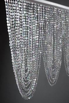 sowas gibts auch recht günstig bei poco domäne vll nicht in so hängerbahnen aber so perlenvorhänge vll kann man ja ein paar zu dem organza dazu nehmen oder so?