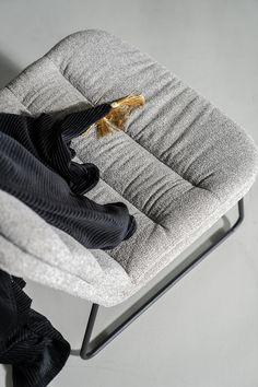 Lekker lui met fauteuil Bermo. Super comfortabel en toch compact. Ideaal voor de wat kleinere zithoek. Of omdat je hem heel toevallig gewoon mooi vindt. Met die grove stof in groen, licht grijs, antraciet en beige is Bermo helemaal on trend. Wist je dat Bermo een broertje heeft? Artego is zijn naam. Artego is de eetkamerstoel die perfect past bij deze heerlijke Bermo fauteuil. Zo sla je nooit de plank mis. Lounge, Interior Concept, Photo And Video, Blanket, Contemporary, Steel, Chair, Furniture, Mindful