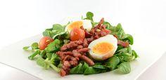 Het veldsla salade met gebakken spekjes en ei recept      Veldsla salade met gebakken spekjes en ei  Deze veldsla salade met gebakken spekjes en ei maakt gebruik van een gouden combinatie: spekjes en ei. Ze bepalen de smaak
