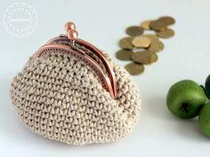 a crochet coin purse made with sugar & cream yarn ארנק למטבעות