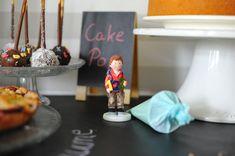 Dein Schulkind freut sich bestimmt über kleine Deko-Figuren zur Einschulung Party, Tableware, Cake, Pink, School Boy, Beginning Of School, Awesome Things, School Kids, Characters