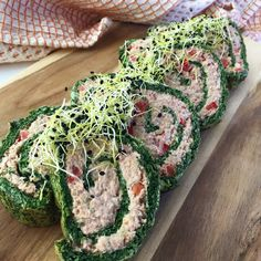Spinatroulade med tun – Mummum.dk Coleslaw, Clean Eating Snacks, Lchf, Tapas, Avocado Toast, Snack Recipes, Food Porn, Food And Drink, Appetizers