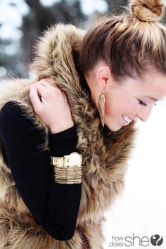 Black turtleneck paired with a faux fur vest. seriously thinking about getting a fur vest. I've been in Montreal too long! Looks Chic, Looks Style, Style Me, Snow Style, Hair Style, Look Fashion, Street Fashion, Fashion Beauty, Womens Fashion