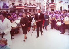 José Arbiol Sanz en el centro, con la cruz, organizando una procesión de Semana Santa en Calanda