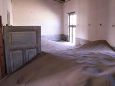 TimBo42: Ein Bild aus Kolmanskop (Kolmannskuppe), einer aufgegebenen Siedlung in Namibia, dem ehemaligen Deutsch-Südwestafrika