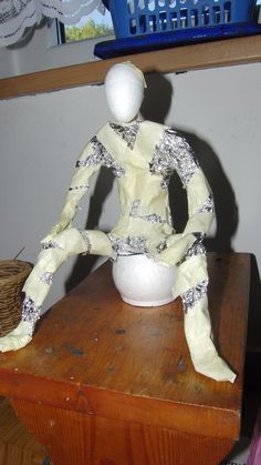 paper mache sculpture pprava na figuru z powertexu od L Paper Mache Projects, Paper Mache Clay, Paper Mache Crafts, Paper Clay, Clay Art, Paper Art, Diy Projects, Armature Sculpture, Paper Mache Sculpture