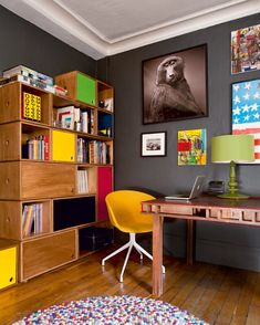 Un bureau vintage avec des couleurs pop / pop colors and wood for your workshop office
