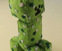 Bob the creeper! Free tutorial with pictures on how to sew a computer game plushie in under 60 minutes by hand sewing with felt and polyester stuffing. Inspired by minecraft. Minecraft Toys, Minecraft Crafts, Crafts To Make, Arts And Crafts, Diy Crafts, Softies, Plushies, Sewing Equipment, Plushie Patterns